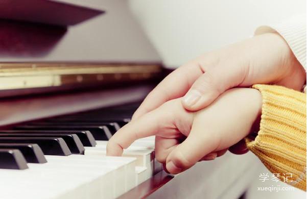 女儿学钢琴