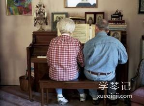 老年人弹钢琴可是好处多多啊!