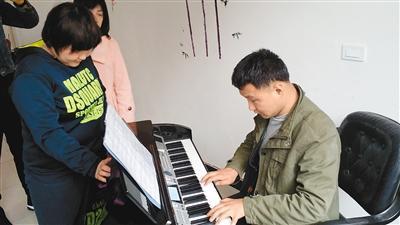 智障人士苦学18年钢琴考试达到最高级十级