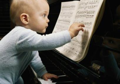 小男生学钢琴