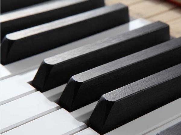 穷爸爸为女儿手工造钢琴,成就3个音乐家