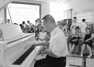 顾晓兵在弹钢琴