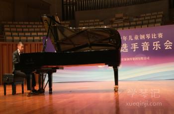 来自广州白云区13岁的盲人琴童王广彬在演奏