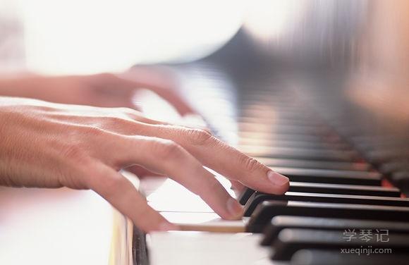 """提高手指练习质量,诀窍在""""站稳""""和""""敲指"""""""