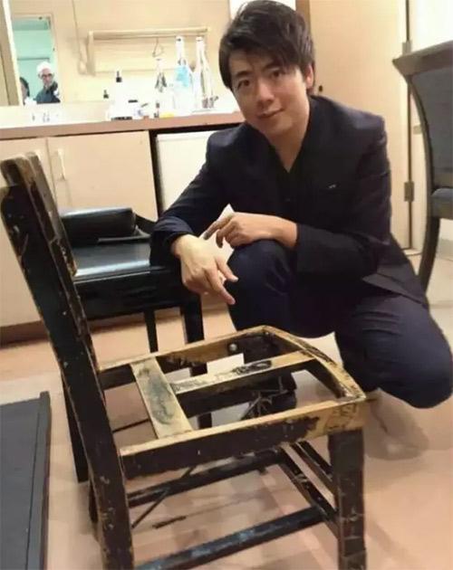 郎朗和古尔德的传奇木椅合影