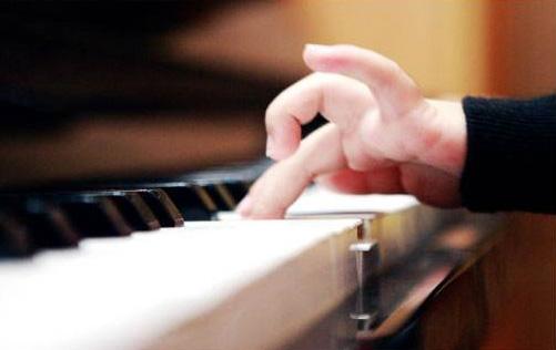 为什么我弹钢琴时总是错音多?