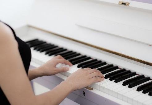 如何提高弹钢琴手指速度?