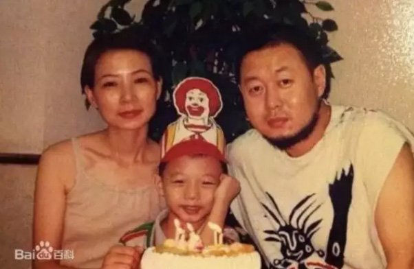 幼时的霍尊和父母