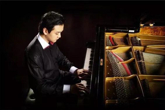 """Animenz,是名德国华裔,又被网友称为""""A叔"""",是一位网红钢琴家"""