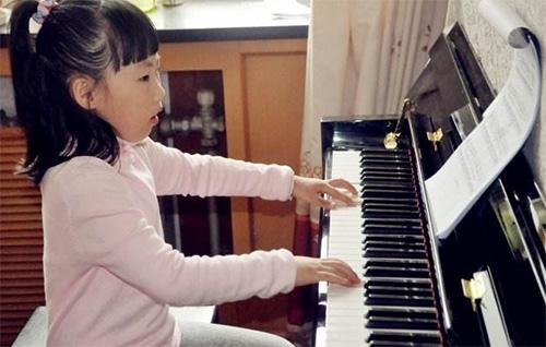 """""""边弹边唱""""对提高钢琴功力好处!"""