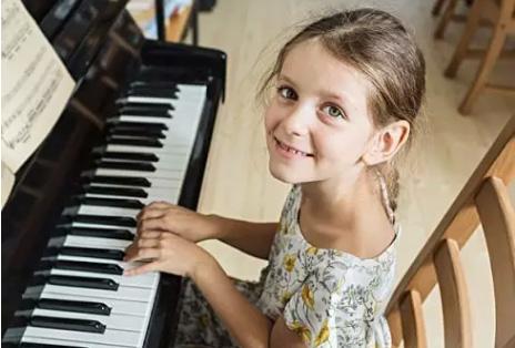 一位妈妈想让女儿学钢琴又顾虑重重,6个妈妈开口了