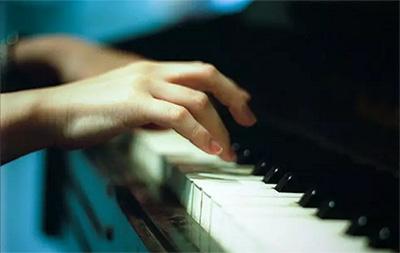 """弹钢琴时要""""放松""""是什么意思?"""