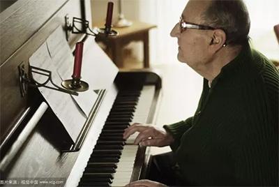 老年人弹钢琴有什么好处