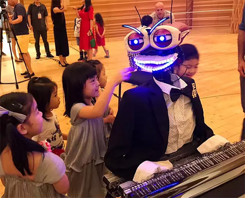 会弹钢琴的机器人泰奥