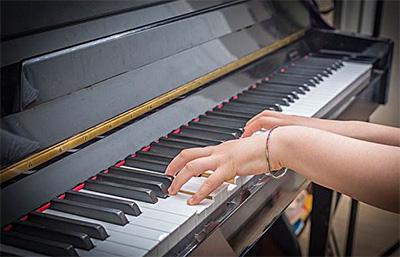 谈幼师钢琴教学中的弹奏训练
