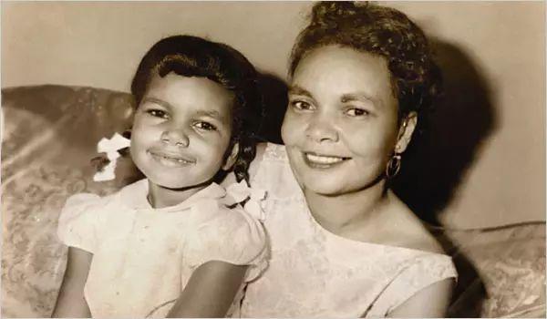 美国前国务卿康多莉扎·赖斯小时候和母亲合影