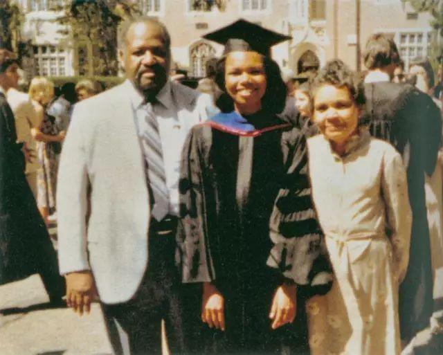 美国前国务卿康多莉扎·赖斯大学毕业和父母合影