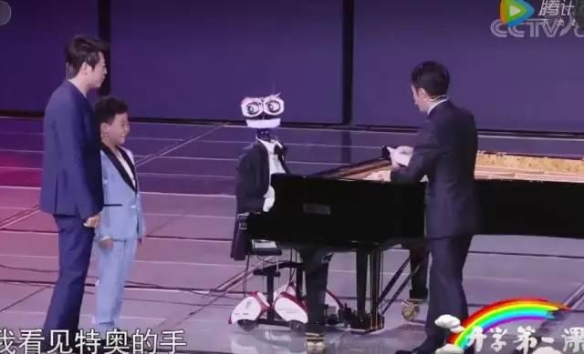 """郎朗与钢琴机器人""""人机大战""""!合奏《彩云追月》"""