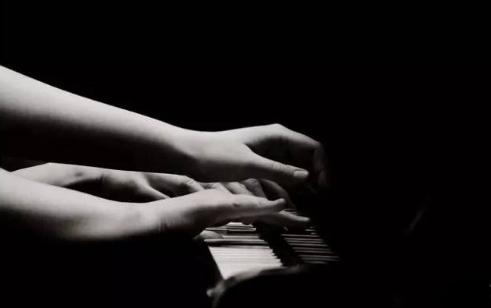 俞敏洪女儿学习钢琴