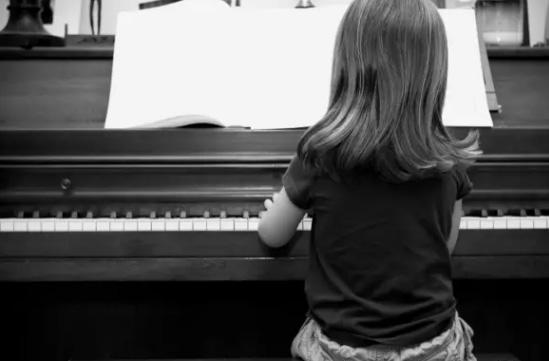 我们阿里巴巴合伙人准备创办一个新型小学、中学。在这个小学里面,音乐课、体育课和绘画课是必修课,数学和语文慢慢来。因为现在的教育急缺艺术教育