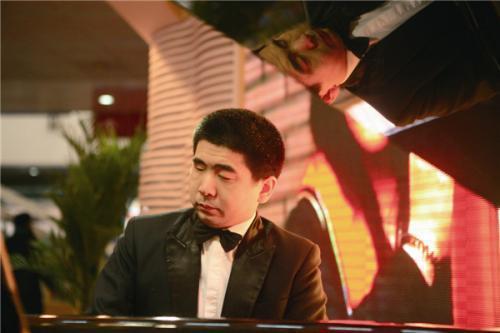 青年盲人钢琴家孙岩