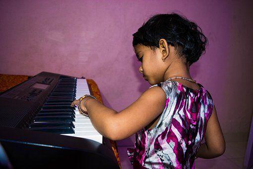 """""""边弹边唱""""对提高钢琴功力的好处?"""