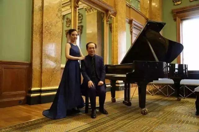 钢琴家黄子芳与恩师邱天虎