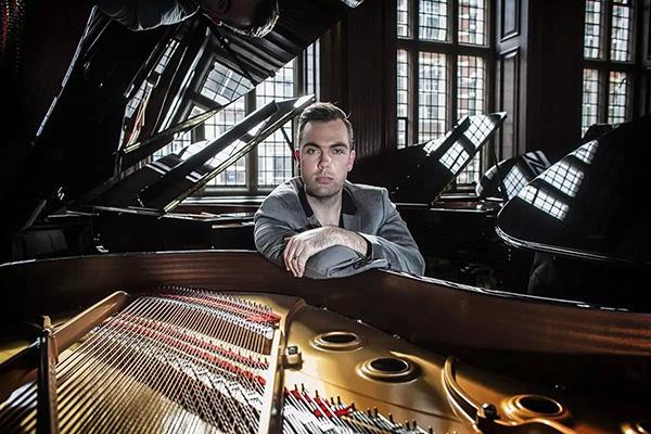 尼古拉斯·麦卡锡(Nicholas McCarthy)是第一位从英国皇家音乐院毕业的独手钢琴家