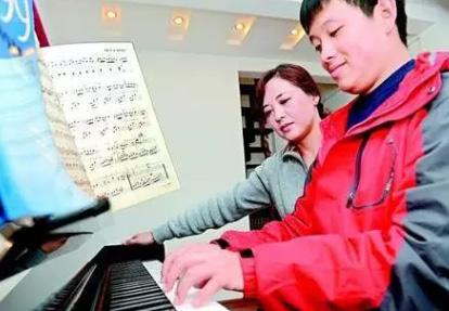 只会弹一首钢琴曲的妈妈辅导自闭症儿子考过十级