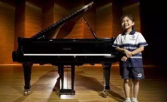 邓安雯,6岁的她在茱莉亚音乐学院预科班的考试中演奏了著名作曲家巴赫和莫扎特的作品,让评审惊艳,并被这所世界著名音乐艺术学院录取录取,成为该校史上最年轻的学生