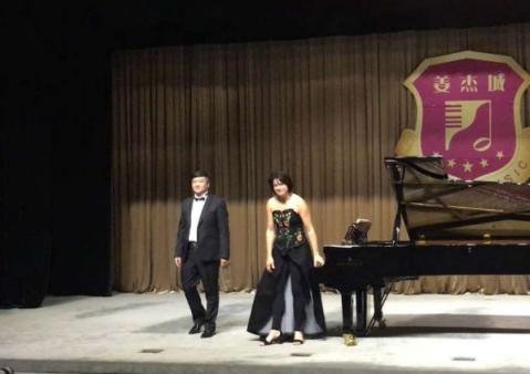 杰出青年钢琴教育家高新颜与捷克著名钢琴家伊特卡合作演出音乐会
