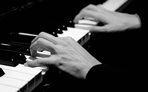 弹奏黑键的方法和白键一样吗?要注意什么?