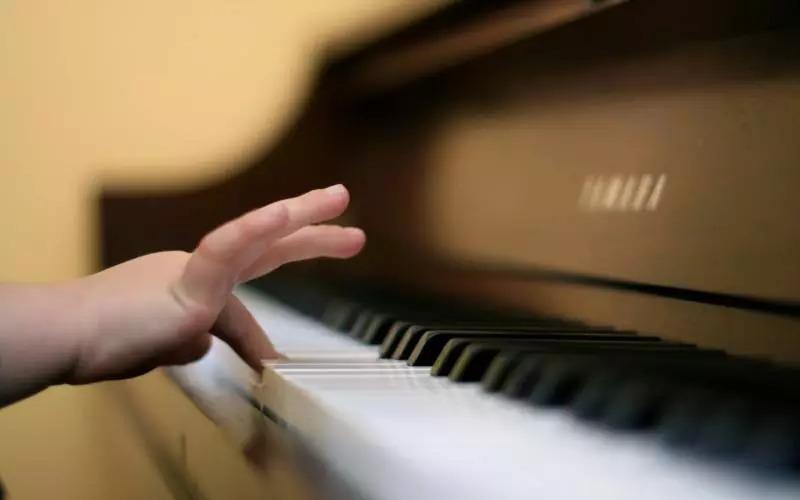 1.什么年龄开始学钢琴最好? 据国外音乐心理学家调查,3岁以前出现音乐能力的男童为22.4%,女童为31.5%;35岁的男童为27.8%,女童为21.8%;68岁的男童为19.5%,女童为19.1%;911岁的男童为14.3%,女童为19.6%;12岁以上的男童为14.1%,女童为8%。 由此数据看,音乐的启蒙教育越早越好。对一般家庭的孩子来说,女童3岁前开始为最佳,男童5岁前开始最佳。但不论男女儿童,5岁至8岁开始学琴也不是不可以。不过,儿童学钢琴的年龄最好不要晚于12岁。 2.