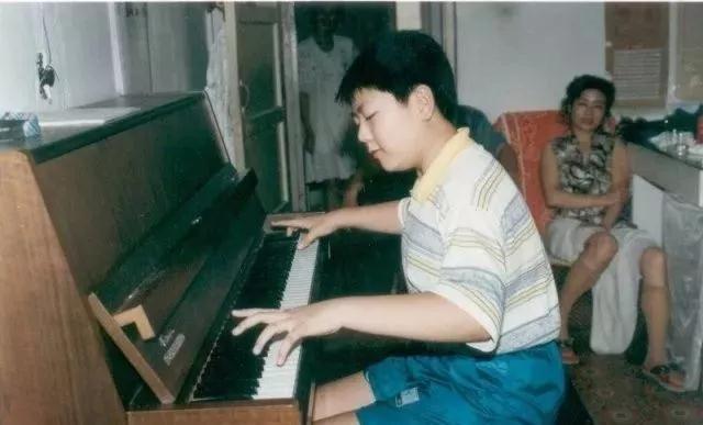 郎朗小时候练琴照片