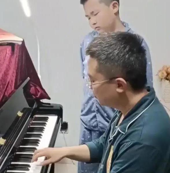男子陪儿子练钢琴6年,结果自己考过10级,儿子都懵了